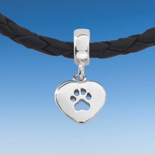 Reizendes Armband mit eingehängtem Herz mit Hundepfote an Lederkette