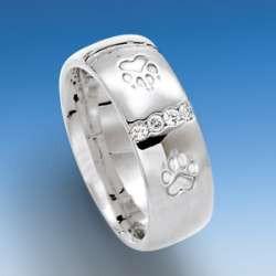 Edler Ring mit einpunzierten Hundepfoten und Zirkonia