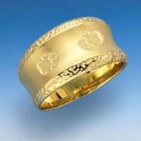 Edler Ring mit verziertem Rand und einpunzierten Hundepfoten