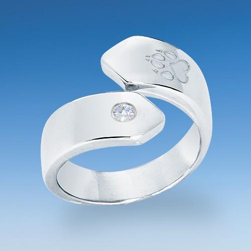 Aktueller Ring in neuem Design mit einpunziertem Pfötchen und Zirkonia