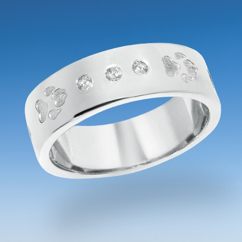 Aktueller Ring mit 8 bis 12 einpunzierten Pfötchen mit drei Zirkonia